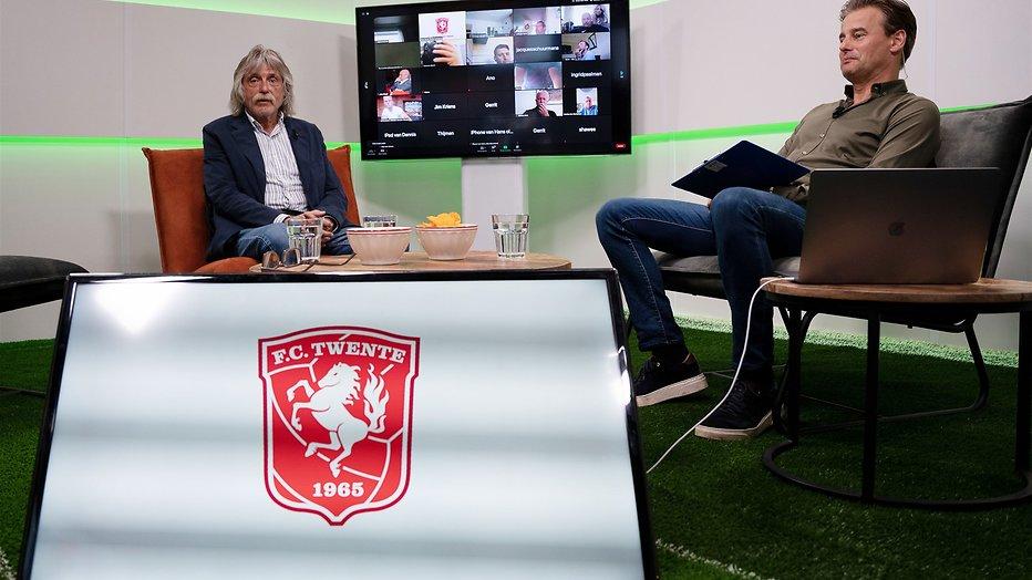 Johan Derksen en Wilfred Genee tijdens een online uitzending voor de businessclub van FC Twente.