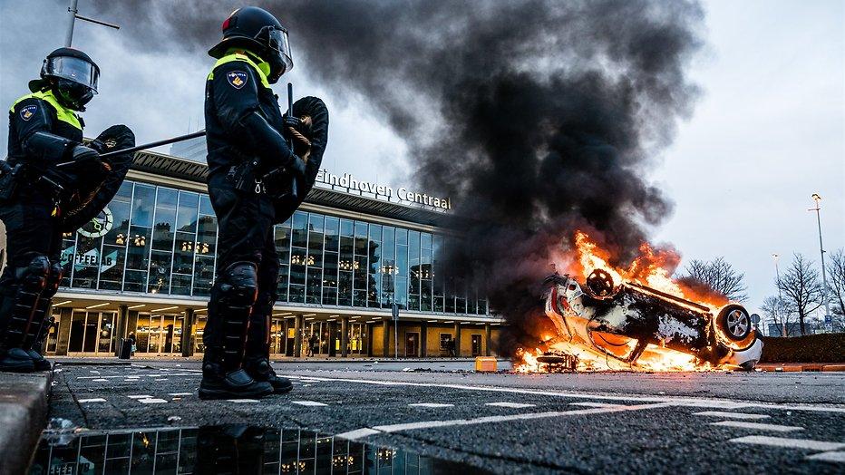Demonstranten worden door de Mobiele Eenheid van het 18 Septemberplein verwijderd.