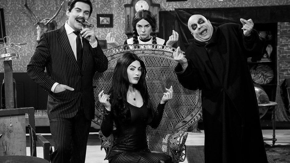 Yolanthe speelt Morticia Addams in TV Kantine