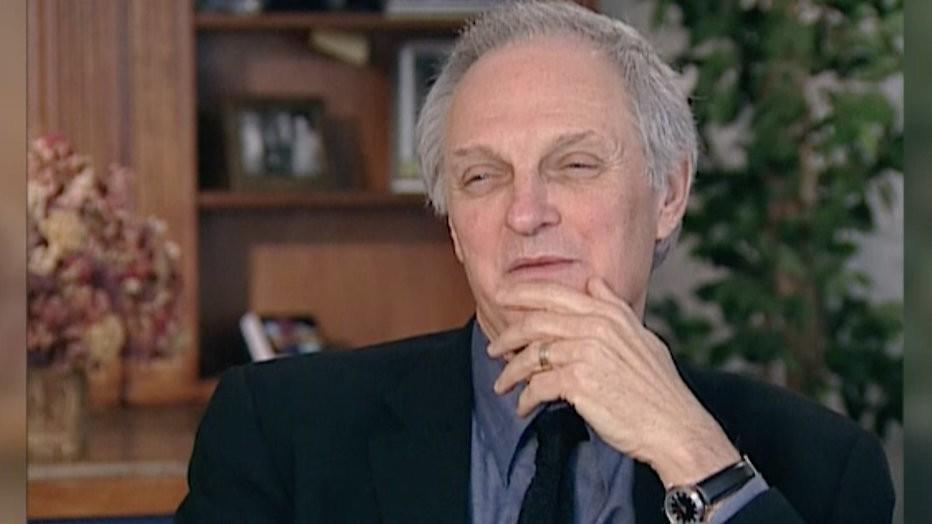 Acteur Alan Alda (81) waagt zich aan handstand