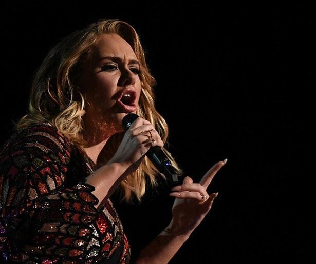 Adele komt na vijf maanden onherkenbaar terug op Instagram