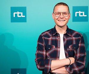 Luuk Ikink weer achter zijn RTL Late Night-desk