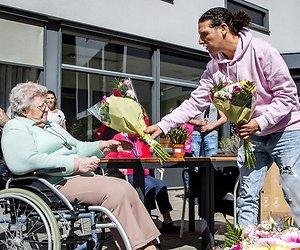 Ali B steelt harten van ouderen door bezorgen bloemetjes
