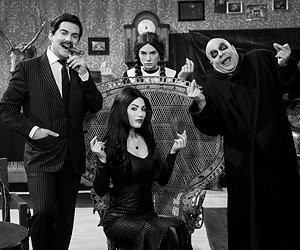 Yolanthe speelt Morticia Addams in TV Kantine