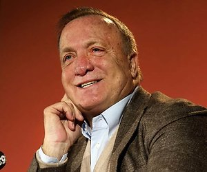 Dick Advocaat maakt Penoza-grap tijdens persconferentie