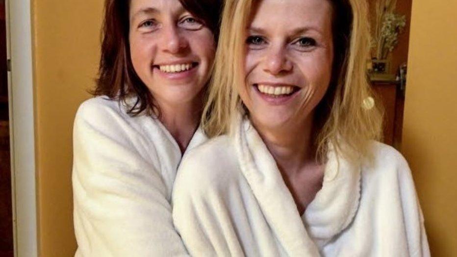 Boerin Bertie en Esther zoenden al in de logeerweek