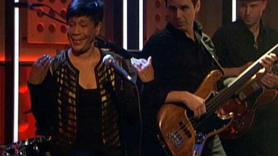 Zangeres Bettye LaVette begint optreden vier keer opnieuw in DWDD