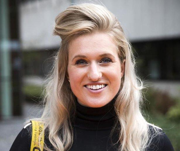 Britt Dekker maakt debuut als tafeldame bij DWDD