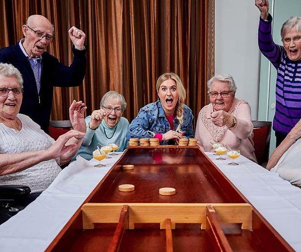 Britt Dekker maakt het leven van ouderen leuker in Britts Gouwe Ouwen