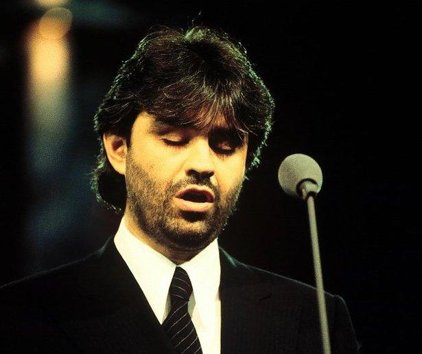 Indrukwekkend: Andrea Bocelli zingt in lege kathedraal
