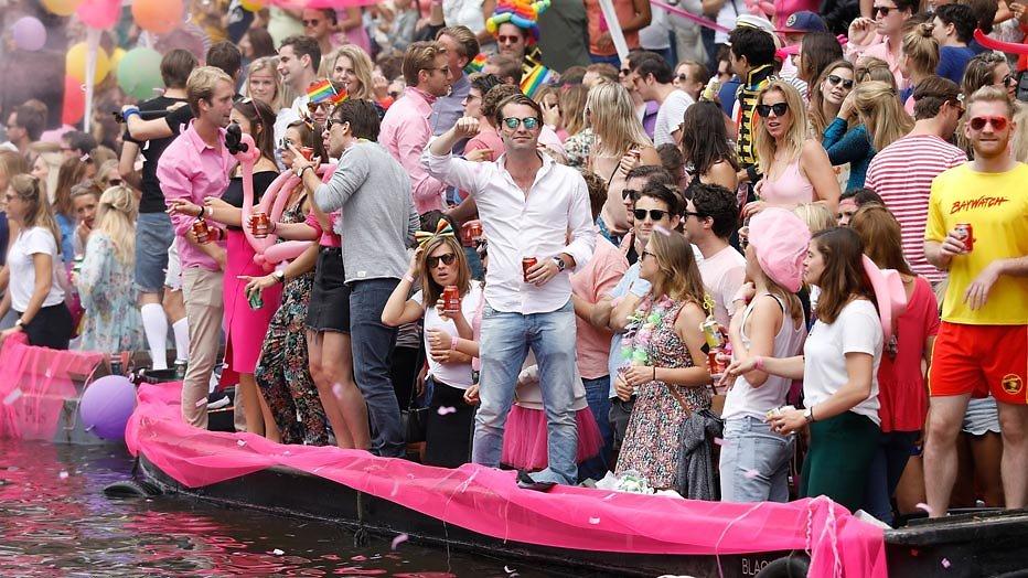 GTST-boot als Café de Koning door Amsterdamse grachten