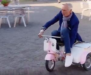 Martien Meiland op een kinderscooter is geweldig