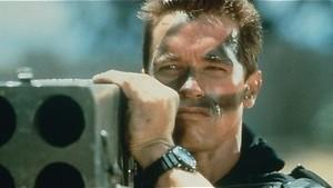 Arnold Schwarzenegger gooit alle remmen los