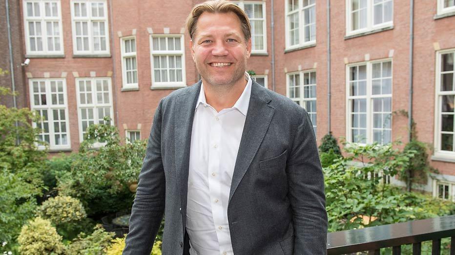 Dennis van der Geest voor SBS6 op bezoek bij vrije geesten