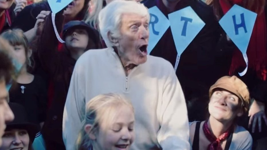 YouTube-hit: Flash mob voor jarige Dick van Dyke