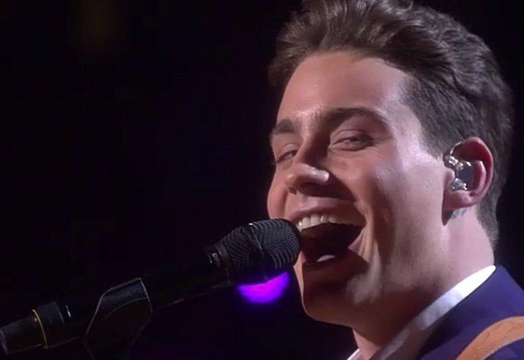 Douwe Bob deelt punten uit tijdens finale Eurovisie Songfestival