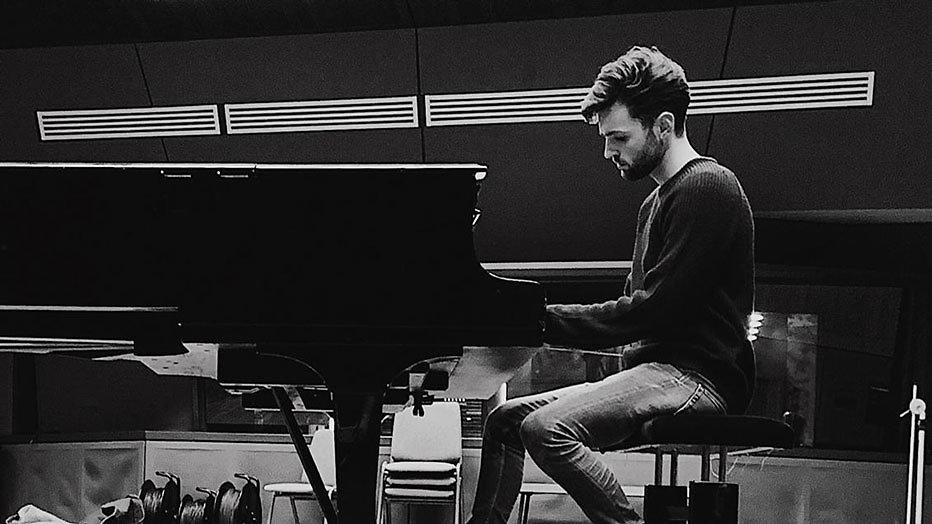 Duncan Laurence achter zijn piano