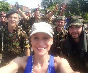 Militairen helpen Dionne Stax door Vierdaagse heen