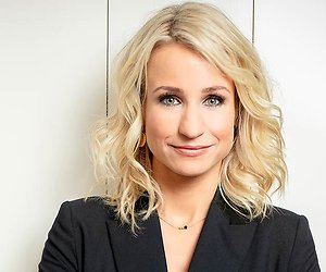 Dionne Stax presenteert Televizier-Ring Gala in smoking