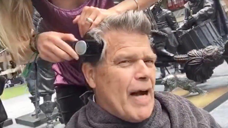 Vlogger Emile Ratelband scheert zich kaal voor meer views