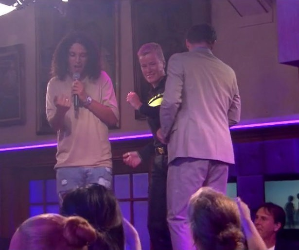 Videosnack: Ellie Lust danst op de tafel in RTL Late Night