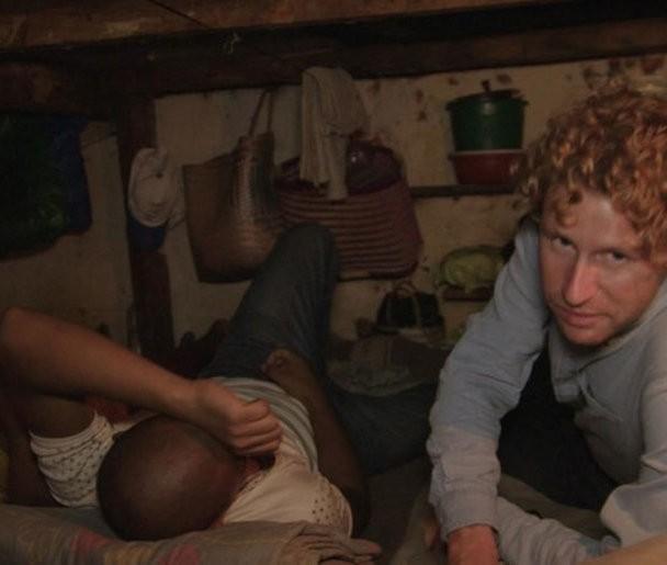 Ewout Genemans overnacht in gevangenissen in Beruchte gevangenissen: Ewout in de cel.