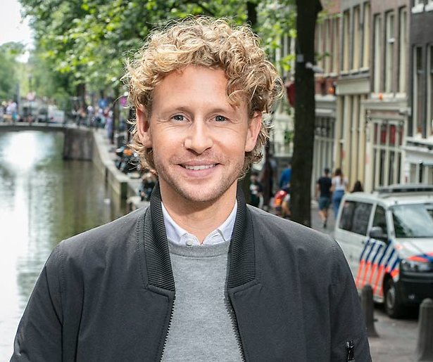 Ewout Genemans in nieuw programma op pad met Koninklijke Marechaussee