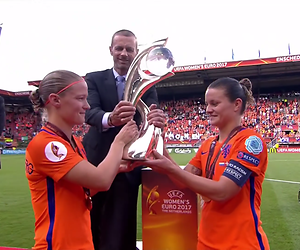 Eva Jinek strikt Oranje Leeuwinnen voor afterpartyshow