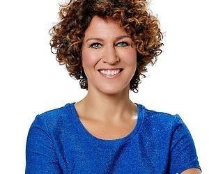 Presentatrice Evelien de Bruijn vaste nieuwslezeres Gerard Ekdom