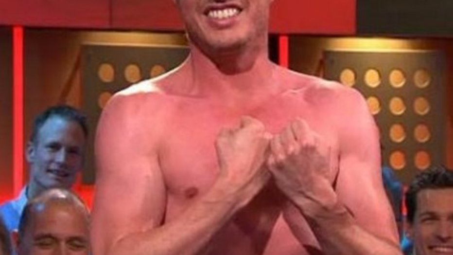 Filemon Wesselink shirtless bij DWDD