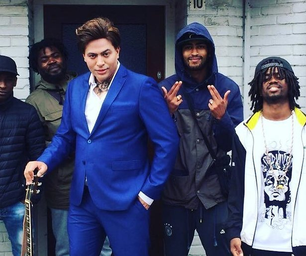 Rapper Fresku transformeert tot Douwe Bob, inclusief keeltatoeage