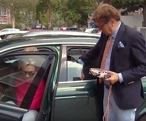 Videosnack: Frank & Rogier kunnen niet uit hun poepsjieke auto komen