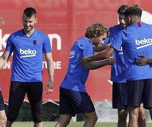 Frenkie de Jong krijgt tikken tijdens eerste training FC Barcelona