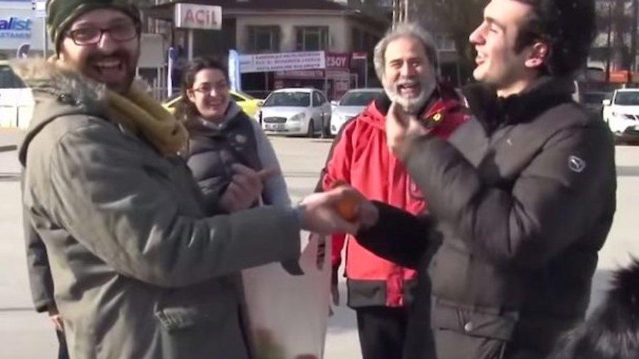 YouTube-hit: Dove jongen verrast met gebarentaal in de hele buurt
