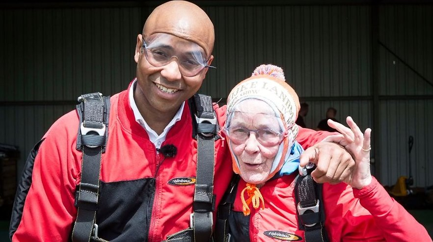Videosnack: 80-jarige Jeannette springt uit vliegtuig met Humberto Tan