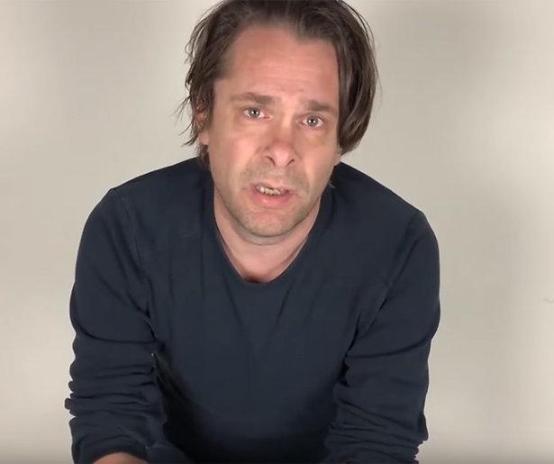 Videosnack: Hans Teeuwen verontschuldigt zich voor leugens op social media