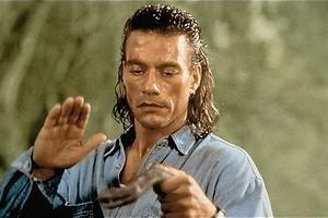 Jean-Claude Van Damme schiet, schopt en slaat alle schurken van zich af