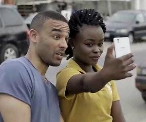 Comedian Ikenna Azuike voor BNNVARA naar geboorteland Nigeria