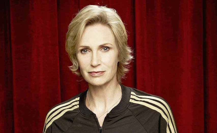 Glee-actrice Jane Lynch heeft rol in serie Relatively Happy