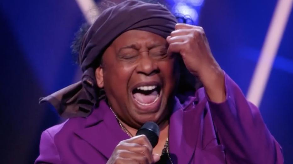 Videosnack: Jimi (69) blaast jury omver in The Voice Senior
