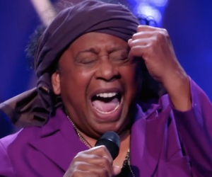 Videosnack: Jimi (69) blaast jury omver in The Voice Senior