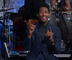 Videosnack: Jon Batiste zingt Game of Thrones samenvatting