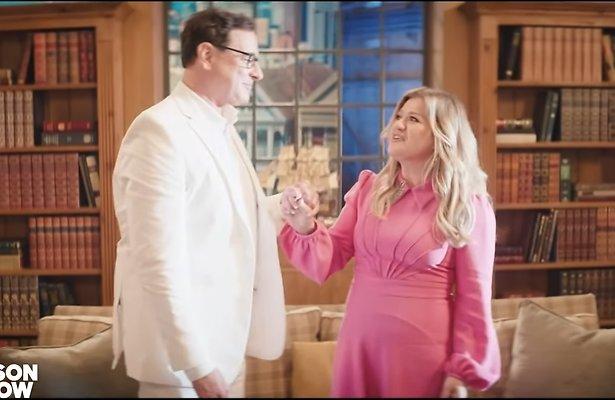 Videosnack: Kelly Clarkson en Bob Saget zingen klassieke tv-tunes