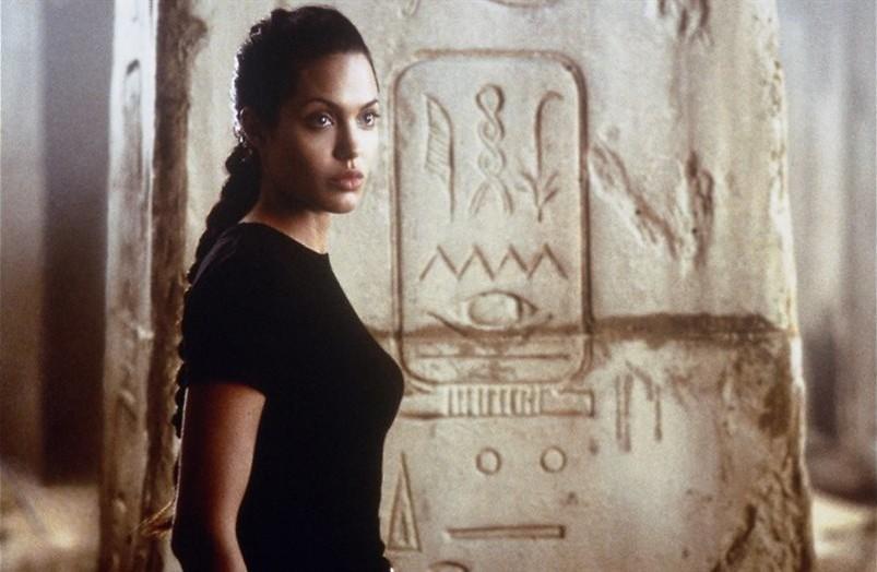 Lara Croft: Tomb Raider: Actieheldin Angelina Jolie opent doos van Pandora