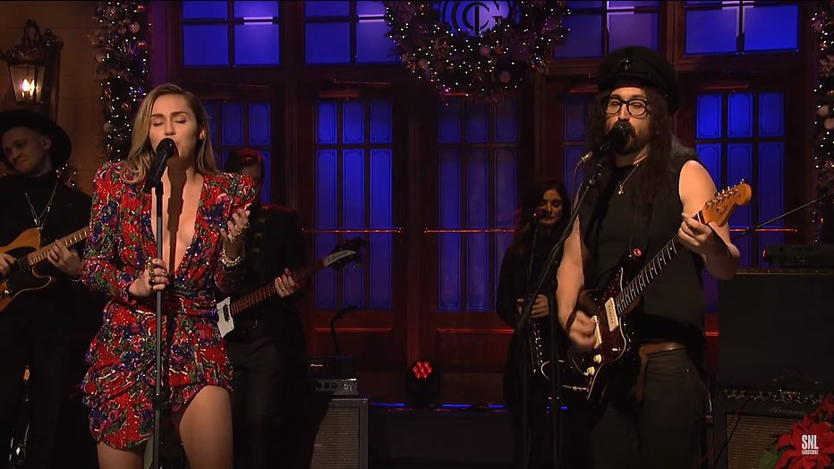 Videosnack: Miley Cyrus zingt Happy X-MAS (War is over) bij SNL