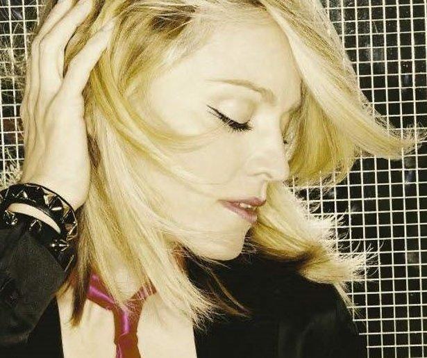 YouTube-hit: Madonna maakt pijnlijke smak bij optreden Brit Awards