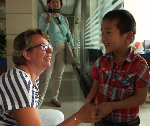Videosnack: Levi vliegt zijn nieuwe familie in de armen