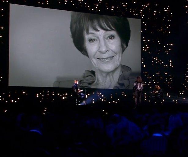 Videosnack: Emotioneel eerbetoon aan Mies Bouwman tijdens Televizier-Ring Gala