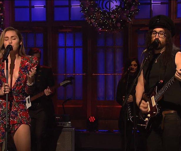 Videosnack: Miley Cyrus zingt Happy X-MAS (War is over) bij SNL