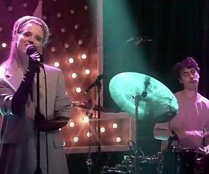 Videosnack: Merol zingt behoorlijk vals in M